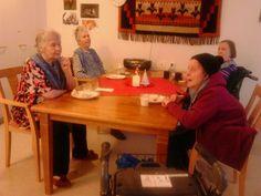 Asukkaat kuuntelemassa joulukalenterin aforismia. -Riitta