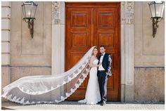 Bräutigam und Braut mit langem Spitzenschleier bei Brautpaarfotoshooting Berlin © Hochzeitsfotograf Berlin www.hochzeitslicht.de groom and bride with long lace veil