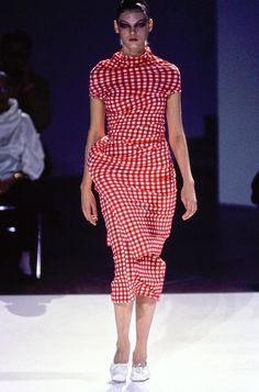 Comme des Garçons Spring 1997 Ready-to-Wear Fashion Show - Angela Lindvall (OUI) Fashion Over 50, 90s Fashion, High Fashion, Fashion Show, Autumn Fashion, Fashion Looks, Fashion Design, Fashion History, Angela Lindvall