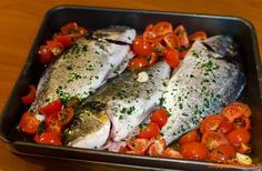 Orata al forno all'acqua pazza Good Food, Yummy Food, Antipasto, Fish And Seafood, Fish Recipes, Italian Recipes, Easy Meals, Food And Drink, Cooking Recipes