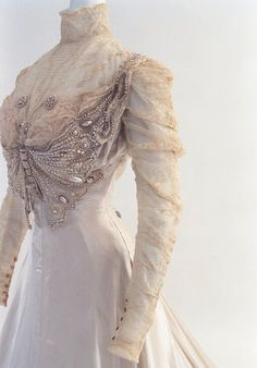 circa 1890 Victorian dress with amazing butterfly bodice detail! Courtesy of the Bunka Gakuen Costume Museum 1890s Fashion, Edwardian Fashion, Vintage Fashion, Gothic Fashion, Modern Victorian Fashion, Steampunk Fashion, Hijab Fashion, Fashion Fashion, Antique Clothing