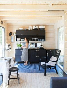 Cottage Living, Cozy Cottage, Cozy House, Rustic Kitchen Design, Interior Design Kitchen, Backyard Guest Houses, Contemporary Cabin, Weekend House, Cozy Place