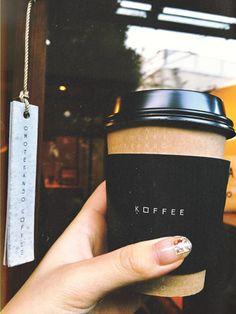 日本人の口とベストマッチするコーヒー。 表参道の裏路地にあるコーヒースタンドの「オモテサンドウコーヒー」。外観は古民家のようで、個人宅にお邪魔したような気分が味わえます。内観は畳敷きのワンルームに盆栽、コーヒーマシーンとバリスタさんのみというとてもシンプルなお店。ブラックで飲むのがオススメと耳にしたのでシンプルなエスプレッソをベースにした「表参道コーヒー」を頂きました。ここはイタリア発祥のエスプレッソをブラックコーヒー好きの日本人のためにお砂糖なしでも飲めるようにアレンジしたそうです。とても口当たりが良いコーヒーでブラックで飲むのが苦手な方にもぜひチャレンジしていただきたい!ここのコーヒーと絶妙にマッチする「コーヒー菓子 ベイクドカスタード」と一緒に楽しむのもオススメ。 オモテサンドウコーヒー (Omotesando Koffee)東京都渋谷区神宮前4-15-3 03-5413-9422  営業時間: 10:00~19:00