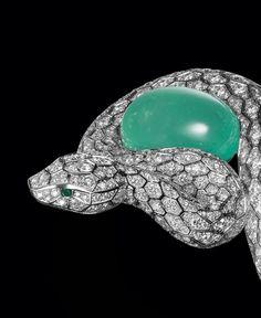 Bracelet en platine orné d'une émeraude du Brésil taille cabochon de 53.78 carats. Cartier Nils Herrmann © Cartier