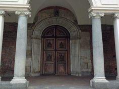 Portale dell'Abbazia di Chiaravalle a Milano. Fu fondata da Bernardo di Clairveaux nel 1135 come filiazione dell'Abbazia di Citeaux. Col tempo divenne un importante centro agricolo. L'Abbazia è in stile gotico ma non mancano elementi del romanico e istanze tipicamente lombarde(come l'uso del cotto).