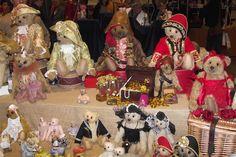 De teddyberen van Anna Hoo zijn enorm populair en zijn ook aanwezig tijdens 's werelds grootste poppen, teddyberen, poppenhuizen en miniaturenbeurs in de Brabanthallen. THE BIG EVENT 21 en 22 oktober 2017: Eén van 's werelds grootste poppen en teddyberenbeurzen parallel met een grote poppenhuizen en poppenhuisminiaturenbeurs. Waar: Brabanthallen Den Bosch Nederland Voor informatie: www.niesjewolters.nl Email: info@niesjewolters.nl