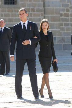 La reina Letizia siempre va perfecta: su opción preferida, un vestido entallado a la rodilla y una chaqueta entallada. En el funeral de Carlos de Borbón.    - AR-Revista.com