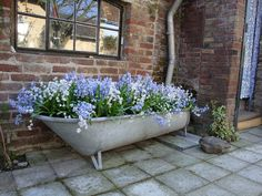 Easy Raised Bed Garden Idea: Plant a Vintage BathtubCreate easy raised bed gardens without any building. Plant old bathtubs and grow a complete garden. gardeningchannel gardening remember the name but beautifulSource portable plastic bathtub Plastic Bathtub, Old Bathtub, Garden Bathtub, Garden Shower, Container Plants, Container Gardening, Cast Iron Tub, Recycling Containers, Water Features In The Garden