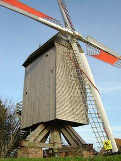 le moulin de la Roome - Terdeghem - Nord (59). Moulin en bois sur pivot (XVIème) tombé en 1927 et reconstruit de 1995 à 1999. Erigé le long d'une des sept voies romaines qui partent de Cassel, à savoir celle qui se dirige via Steenvoorde vers Bruges, le moulin de la Roome domine le village de Terdeghem et offre un point de vue exceptionnel. Au cours de sa visite guidée, vous découvrirez également sur vidéo les étapes de sa reconstruction. Vous repartirez avec un paquet de farine. Moulin France, Wind Mills, Long Car Rides, Water Mill, Coron, Back Road, Old Barns, Le Moulin, Bruges