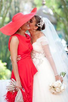 Momentos como estos son los que realmente  emocionan en una  boda  Mantillas Madrina 41bee8feb31f