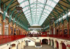 London \\Covent Garden, einst ein mittelalterlicher Klostergarten, wurde später zum Blumen- und Gemüsemarkt, für den im 19. Jahrhundert überdachte Hallen errichtet wurden. In der heute noch vorhandenen Central Hall sind Cafés und Läden eingezogen, regelmäßig findet ein Antiquitätenmarkt statt und allerlei (Klein-)Künstler unterhalten das zahlreiche Publikum mit Straßentheater und Musik.