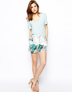Shop ASOS Shorts in Floral Printed Scuba at ASOS. Spring Fashion Trends, Spring Summer Fashion, Fashion Ideas, Summer Outfits Women, Floral Shorts, Holiday Outfits, Couture Fashion, Everyday Fashion, Passion For Fashion