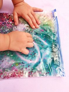 6 different sensor bags - simple game idea for children - little love - Sensory bag with hair gel and glitter Informations About 6 verschiedene Sensorik Beutel – einfache - Baby Sensory Play, Baby Play, Baby Sensory Bags, Sensory Wall, Sensory Boards, Infant Activities, Activities For Kids, Diy Bebe, Simple Bags