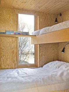 LUGARER: Soverommene er komprimert, og har store vinduer som gir behagelig leselys om dagen. Køyene er plassbygget, de strekker seg fra vegg til vegg.