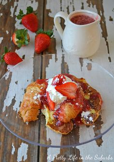 Umm, yes. Brunch now? Croissant French Toast with Strawberry Syrup Breakfast And Brunch, Breakfast Dishes, Breakfast Recipes, Breakfast Ideas, Morning Breakfast, Birthday Breakfast, Sunday Brunch, Brunch Ideas, Strawberry French Toast