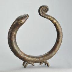 Grand anneau d'autel ou monnaie Bronze africain zoomorphe serpent snak – Galerie de la Louve - Art Tribal Africain - African Tribal Art Gallery Art Tribal, Art Premier, Art Africain, Bronze, Serpent, Sculpture, Snake, Art Gallery, Animals