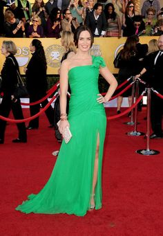 This is a blue green, a summer green at its finest. Finally the right shade to make Emilys eyes pop and overall colouring look its absolute best. Emily Blunt in Oscar de la Renta