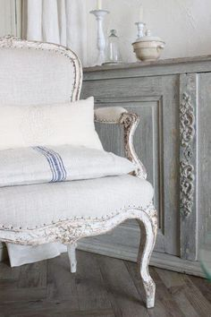 fixed up chair - gray linen fabric and white painted legs French Furniture, Home Furniture, Furniture Design, French Interior, French Decor, Painted Chairs, Painted Furniture, French Chairs, Antique Chairs