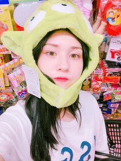 Twitter Jeon Somi, Kpop Girl Groups, Kpop Girls, Aesthetic Themes, Cosmic Girls, Indie Fashion, Seulgi, Ulzzang Girl, Korean Singer