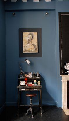 〚 Beautiful French interiors by Marianne Evennou 〛 ◾ Photos ◾Ideas◾ Design Dark Interiors, Beautiful Interiors, French Interiors, Dark Walls, Blue Walls, French Interior Design, Website Design, Blog Design, Piece A Vivre