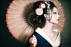 Geisha - Fiona Graham, caucasian Geisha as of Beautiful, smart and brave enough to immerse herself in a completely different culture. Inspiration much? Art Geisha, Geisha Kunst, Geisha Makeup, Japanese Culture, Japanese Art, Japanese Style, Japanese Kimono, Japanese Beauty, Asian Beauty