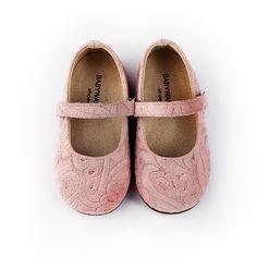 Прекрасни пролетни детски обувки за момиченца.При нас ще намерите обувки , подходящи за всеки повод и отговарящи на всеки вкус. Тук ще получите коректно отношение, професионална консултация, бързо и качествено обслужване. Girls Shoes, Luxury, Sneakers, Shopping, Kids, Collection, Fashion, Bebe, Tennis