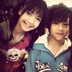 Guess who? It's BamBam & Blackpink's Lisa. It's not a surprise tho cause they are childhood friends. Yugyeom, Youngjae, Bambam Lisa, Got 7 Bambam, Lisa Black Pink, Black Pink Kpop, Jennie Lisa, Blackpink Lisa, Yg Entertainment