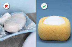 ¿Te has preguntado alguna vez cómo aprovechar los restos de jabón de manos que son demasiado pequeños?  Con esta mágica jabonera nunca volverás a tener este problema.    Necesitas: + Esponja grande, + Cuchillo, + Tijeras, + Jabón.  Instrucciones: 1. Corta una esponja grande por la mitad