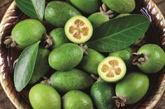Conheça a feijoa Garden Care, Fruits And Vegetables, Kiwi, Vegetable Garden, Berries, Health Fitness, Food, Cottage, Gardening