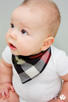 Make your own baby bandanna bib with this diy baby bandana bib tutorial. Baby Sewing Projects, Sewing For Kids, Bandana Bib Pattern, Baby Bib Tutorial, Tricot Simple, Couture Bb, Bandanas, Diy Bebe, Baby Crafts