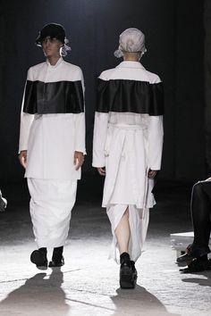 comme-des-garcons-catwalk-fashion-show-paris-ss2011/