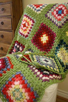 New Crochet Blanket Borders Green Ideas Crochet Blanket Border, Crochet Squares, Crochet Granny, Crochet Stitches, Crochet Patterns, Granny Squares, Granny Square Afghan, Crochet Home, Love Crochet