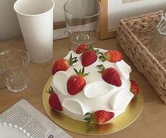 cake и strawberry картинка в We Heart It Pretty Birthday Cakes, Pretty Cakes, Cute Desserts, Dessert Recipes, Kreative Desserts, Think Food, Just Cakes, Cafe Food, Mini Cakes