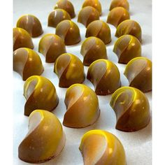 Gleaming Golden JIVARA bonbons by Executive Pastry Chef Deden Putra! Valentine Chocolate, I Love Chocolate, Chocolate Art, How To Make Chocolate, Chocolat Valrhona, Artisan Chocolate, Chocolate Decorations, Pastry Shop, Mini Cakes