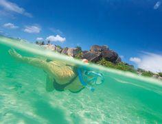 Descubre este destino paradisíaco de La Digue y recorre esta isla en bicicleta entre tortugas gigantes http://www.elle.es/viajes/viajes/seychelles-el-reino-del-azul-y-el-verde/la-digue-con-la-brisa