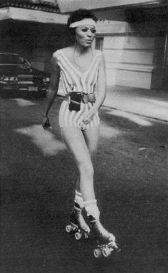 I just LOVE this picture :) Disco Lady ~ Diana Ross. anyone on rollerskates is… Roller Derby, Roller Disco, Disco Roller Skating, Disco Party, Disco Disco, 1970s Disco, Rollers, Look Disco, Diana Ross