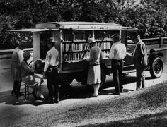 The first bookmobile of the Public Library of Cincinnati and Hamilton County, Ohio, 1927 Local Library, Library Books, Photo Library, Free Library, Rare Photos, Old Photos, Vintage Photos, Cincinnati Library, People Reading