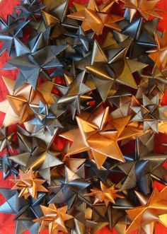These 3D stars are a great addition to a Christmas tree, or in a vase/ bowl with some Christmas lights. White stars- coloured lights, coloured stars- white lights. Or hang them from door ways/ kids ceiling for a year round snow day. OR wrap around a circular piece of wire and add a bow for a wreath!