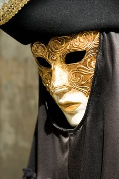 Experience nitiMy Italy: Carnival time in Venice Venetian Carnival Masks, Mardi Gras Carnival, Carnival Of Venice, Venice Carnivale, Venice Mask, Costume Venitien, Masked Man, Cool Masks, Carnival Costumes