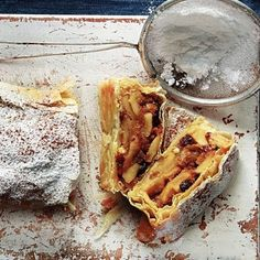 Αργυρώ Μπαρμπαρίγου: Ονειρικό στρούντελ με φύλλο και καραμέλα μήλου | eirinika.gr Quiche Lorraine, Apple Pie, Waffles, Sweets, Cakes, Breakfast, Easy, Desserts, Food