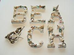 Mamá naturaleza te lo da (II)  Empezamos por el pegamento, herramienta clave y casi única de nuestras manualidades marinas, y unas letras en madera. Elige tu inicial, haz alguna para regalar o monta palabras veraniegas.