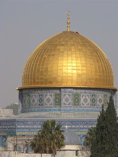 The Dome of the Rock is a shrine located on the Temple Mount in the Old City of Jerusalem. Places To See, Places Ive Been, Israel Travel, Israel Trip, Dome Of The Rock, Jerusalem Israel, Amazing Architecture, Islamic Architecture, Holy Land