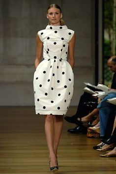 Oscar de la Renta's bubble dress evokes Balenciaga's version of nearly 50 years ago in both fabric and form. Photo: Don Ashby Eu tenho uma saia de bolinhas balonê - to quase lá! Fashion Week, Look Fashion, High Fashion, Fashion Show, Womens Fashion, Fashion Trends, Review Fashion, Runway Fashion, Rock Dress