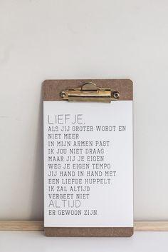 Kaarten van Woordkunsten zijn niet alleen leuk om te versturen maar ook om neer te zetten. Dit kleine klembordje is daar heel geschikt voor en staat erg leuk!
