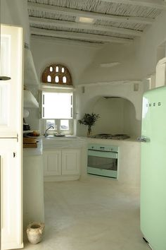 Cob kitchen meets retro meets hippie meets green. Holy cow! Everything I could want in a kitchen!!