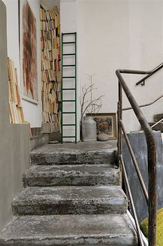 weathered stairs, metal handrail, stacked books and book ladder, branches biblio © Karine Herz