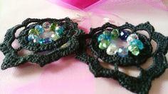 Orecchini in cotone nero con perle trasparenti che donano risalto