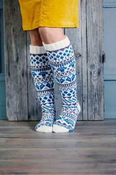 Kirjoneulesukat – katso ohje | Meillä kotona Fair Isle Knitting, Knitting Socks, Knit Crochet, Crochet Hats, Animal Knitting Patterns, Knitting Ideas, Wool Socks, Designer Socks, Boot Cuffs