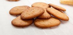Sirupspletter er runde småkaker som ligner pepperkaker, men som smaker av sirup og har biter av mandler. Her får du oppskriften!