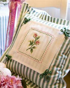 Design : Gerlinde Gebert Shop: www.de use pices of embroidery from linens to make pillows Sewing Pillows, Diy Pillows, Decorative Pillows, Throw Pillows, Cushions, Pillow Ideas, Hand Embroidery, Embroidery Designs, Sewing Crafts